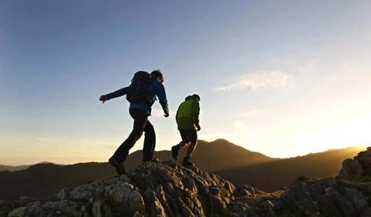men_hiking_on_rocky_mountainside_32rw0049rf